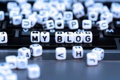 Crie seu blogue e comece-o escrever para comunicar-se com o mundo fotos de stock
