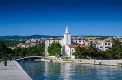 Crikvenica stad med bron över floden, Kroatien arkivbilder