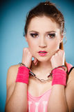 Crime adolescente - menina do adolescente nas algemas Fotografia de Stock