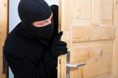 Crime de cambriolage - cambrioleur ouvrant une porte photo libre de droits