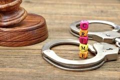 CRIME de juges Gavel, d'abat-voix, de menottes et de signe Photo libre de droits
