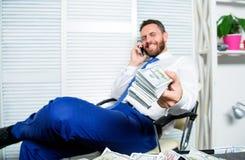 Crime financeiro da fraude O homem ganha o dinheiro na fraude móvel da conversação Extorsão da chantagem e do dinheiro Lucro ileg imagem de stock