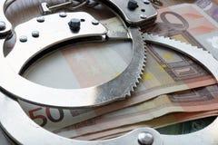 Crime financeiro na união de Europa Euro e algemas fotos de stock