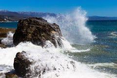 crimea Alushta Morze Fala rytmy przeciw rozszerzaniu się i skale Fotografia Stock