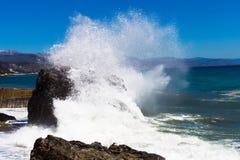 crimea Alushta Morze Fala rytmy przeciw rozszerzaniu się i skale Fotografia Royalty Free