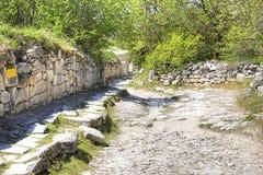 crimea Chufut-grönkål är den spelaean staden en fästning medeltida väg arkivfoto