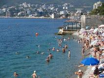 crimea La gente tiene un resto en una playa en Yalta fotos de archivo libres de regalías