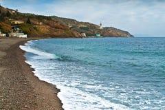 Crimea linia brzegowa z kościół na górze w malorechenskoe Fotografia Stock