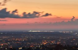 crimea Simferopol od ptasiego ` oka widoku w promieniach położenia słońce Miasto jest w backlight fotografia stock