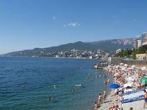 Crimea, Yalta La vista de la playa y el Mar Negro costean imagenes de archivo