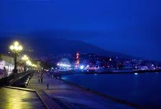 crimea yalta Sikt på invallning på skymning, natt cityscape fotografering för bildbyråer