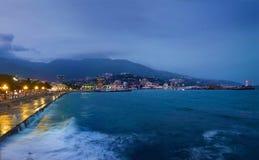 crimea yalta Sikt på invallning på skymning, natt cityscape royaltyfria bilder