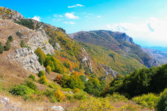 Crimean berg på den soliga sommardagen Royaltyfria Bilder