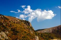 Crimean berg på den soliga sommardagen Arkivfoto