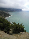 Crimean Black Sea kust nära udde Aiya på en molnig dag Royaltyfria Foton