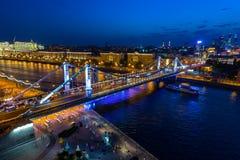 Crimean bro i Moskva, med nattbelysning Royaltyfri Foto