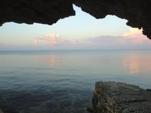 Crimean havslandskapsikt av grottorna Fotografering för Bildbyråer