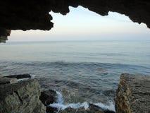 Crimean havslandskapsikt av grottorna Arkivfoton