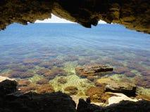 Crimean havslandskapsikt av grottorna Royaltyfria Bilder