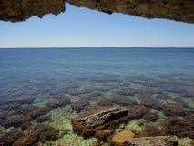 Crimean landskapsikt av havsgrottorna Arkivbilder