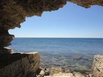 Crimean landskapsikt av havsgrottorna Arkivbild