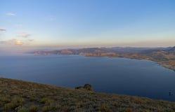 Crimeia, as vistas da costa da inclinação do cabo Meganom Fotos de Stock Royalty Free