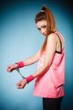 Crimen adolescente - muchacha del adolescente en esposas Foto de archivo