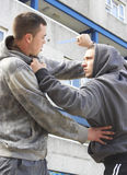 Crimen del cuchillo en la calle urbana