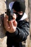 Criminal con un arma Fotografía de archivo libre de regalías