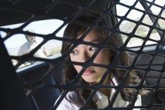 Criminal femenino en coche policía Fotos de archivo libres de regalías