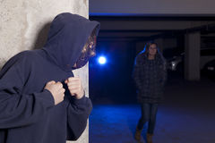 Criminal que lleva una máscara que espera a una mujer Fotografía de archivo libre de regalías