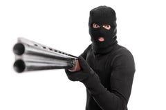 Criminale arrabbiato che indica un fucile da caccia alla macchina fotografica Fotografia Stock Libera da Diritti