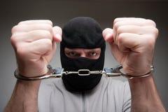 Criminale arrabbiato in manette immagine stock libera da diritti
