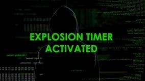 Criminale cyber che mostra sì gesto, temporizzatore attivato, il pericolo di esplosione di sicurezza stock footage