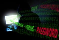 Criminale di computer incappucciato che ruba i dati Immagini Stock