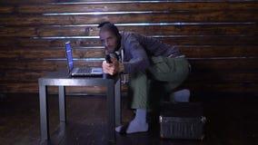 Criminales cibernéticos arrestados acusación del crimen cibernético almacen de metraje de vídeo