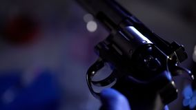 Criminaliste conduisant l'examen légal du revolver, vérifiant le plan rapproché de baril photo stock