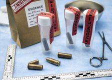 Criminalistic laboratorium, pocisk skorupy analiza, reguła balistyczny pomiar fotografia stock