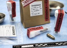 Criminalistic laboratorium, pocisk skorupy analiza, reguła balistyczny pomiar obraz stock