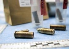 Criminalistic laboratorium, pocisk skorupy analiza, regu?a balistyczny pomiar zdjęcia stock