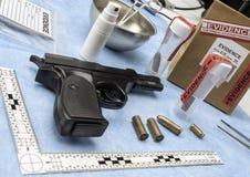 Criminalistisch Laboratorium, Vuurwapen naast kogel GLB voor ballistische analyse royalty-vrije stock afbeelding