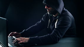 Crimine cyber, uomo del pirata informatico che scrive sul computer portatile archivi video