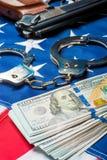 crimine di fucilazione verticale e soldi ed armi introversi di punizione sul concetto della bandiera americana fotografia stock