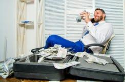 Crimine finanziario di frode L'uomo guadagna i soldi sulla frode mobile di conversazione Estorsione dei soldi e di ricatto Profit fotografie stock