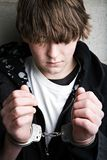 Crimine teenager - bambino in manette Immagine Stock
