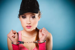 Crimine teenager - ragazza dell'adolescente in manette Immagine Stock