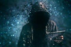Criminel à capuchon méconnaissable de cyber de Pixelated Photo stock