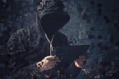 Criminel à capuchon méconnaissable de cyber de Pixelated photographie stock