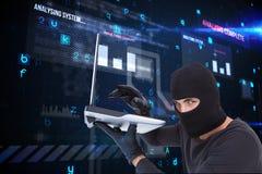 Criminel de Cyber tenant un ordinateur portable et utilisant un capot sur le fond de matrice image stock