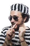 Criminel drôle de prisonnier d'homme avec la boule à chaînes et menottes dans le stu Photographie stock libre de droits